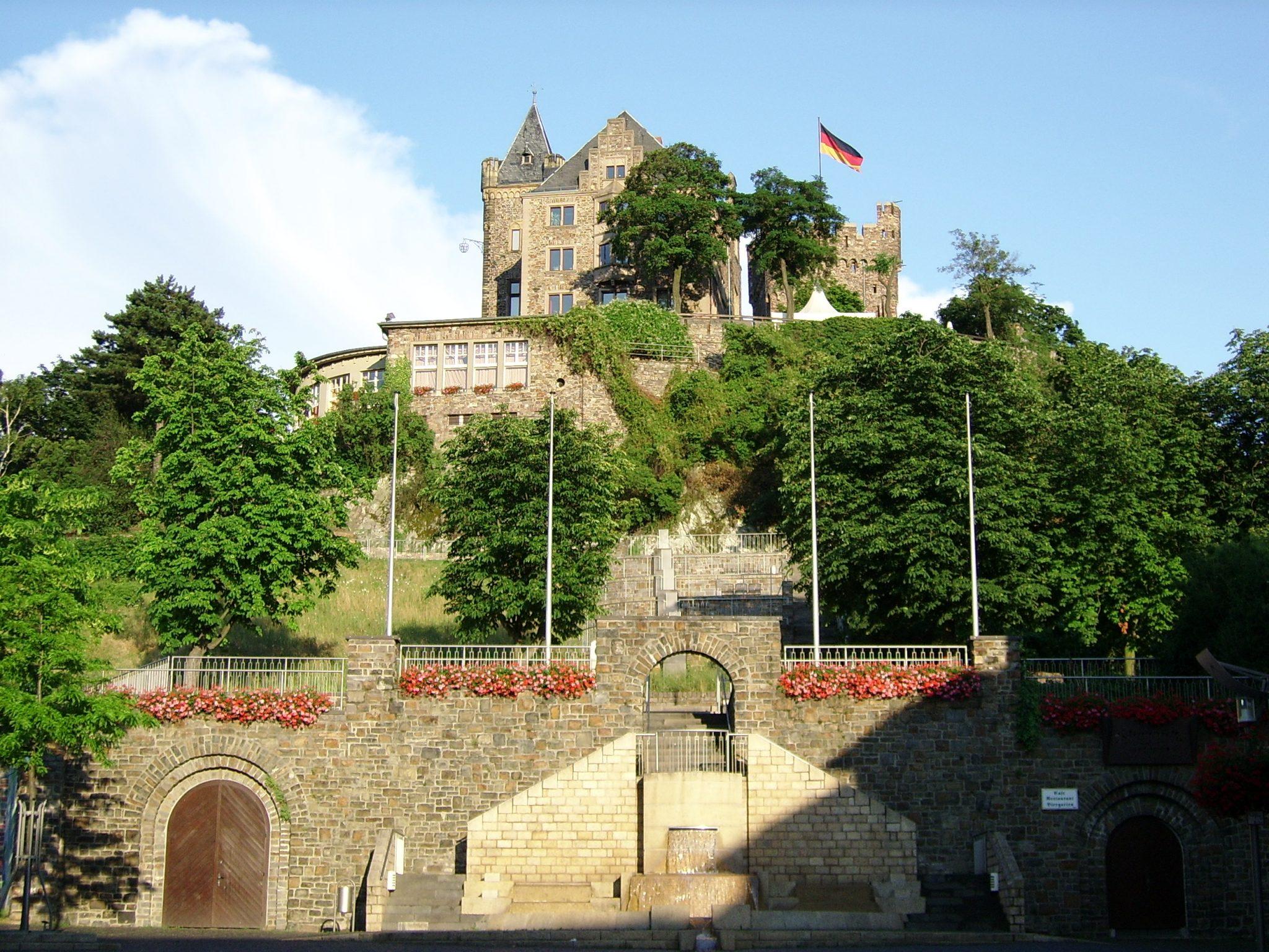 Blick vom Marktplatz Bingen auf Burg Klopp